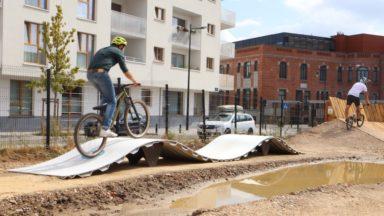 """Laeken : un """"pumptrack"""" pour les cyclistes, rollers et skateboards a été inauguré"""