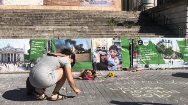 Des mots à la craie laissés à la Bourse de Bruxelles en hommage aux victimes de Beyrouth