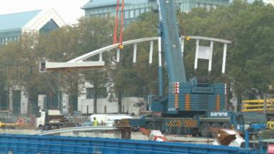 Le futur pont piétonnier au-dessus du canal de Bruxelles livré par bateau