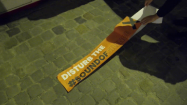 """""""Disturb the sound of silence"""" : le secteur de l'événementiel cible les bâtiments gouvernementaux avec du ruban adhésif"""