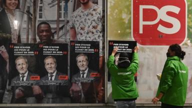 Greenpeace accroche des affiches des formateurs vieillis devant leurs bureaux de parti