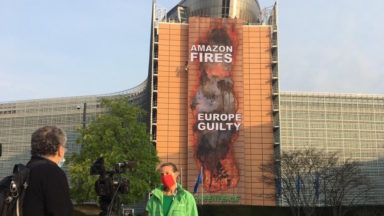 """""""Amazone Fires"""": Greenpeace déploie une banderole géante à Schuman"""