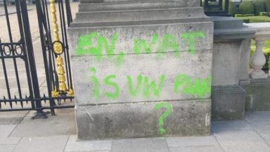 Extinction Rebellion laisse des tags sur des murs du Palais Royal et des parlements