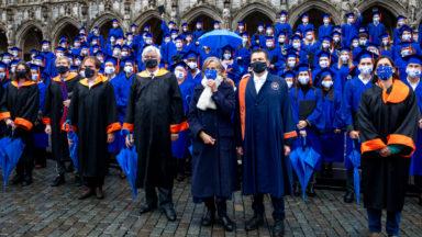Les étudiants de la VUB ont reçu sous la pluie leur diplôme sur la Grand-Place