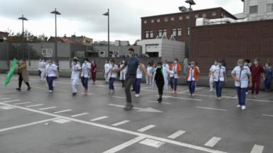 Un flashmob organisé devant la clinique Ste Anne-St Rémi pour alerter sur la situation sanitaire