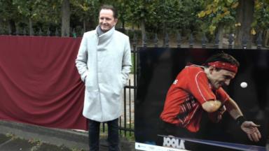 Des clichés de gestes de fair-play sportif accrochés sur les grilles du parc Royal