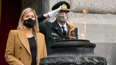 La nouvelle ministre de la défense ravive la flamme sur la tombe du Soldat inconnu (vidéo)