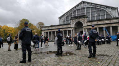 Des personnes manifestent contre les mesures Covid : plusieurs arrestations sont en cours (vidéo)