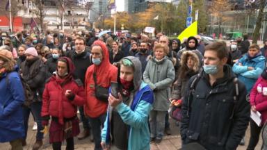 Près de 200 personnes se sont réunies devant la gare du Nord pour manifester contre les mesures Covid