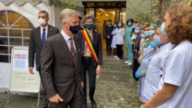 Molenbeek : le roi Philippe à la maison médicale La Passerelle pour soutenir les soignants