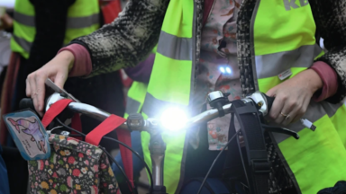 Bruxelles Mobilité offre des kits aux cyclistes pour être plus visibles dans la circulation