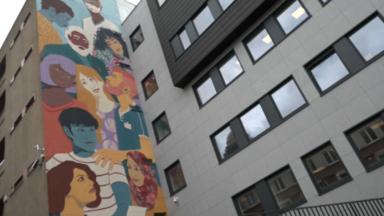 Une fresque en l'honneur des personnes de première ligne dans la crise réalisée près de l'hôpital Saint-Pierre