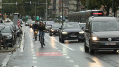 Boulevard Louis Schmidt : des automobilistes roulent sur la piste cyclable en phase de test