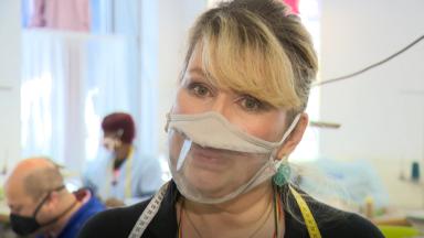 Des masques transparents pour les personnes sourdes ou malentendantes sont créés à Anderlecht