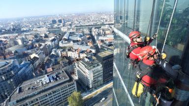 Intervention spectaculaire des pompiers sur la tour Madou pour une simple vitre brisée (photos)