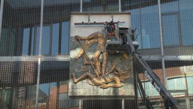 Saint-Michel retrouve sa place sur la façade de la nouvelle école à Molenbeek