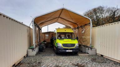 Au Cinquantenaire, l'armée ouvre une troisième ligne de désinfection des ambulances