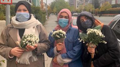 Une dizaine de Bruxelloises musulmanes fleurissent des églises, en réaction à l'attaque à Nice