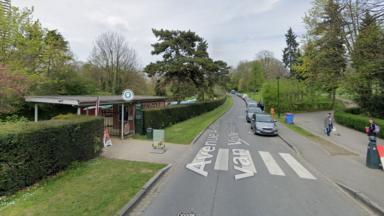 Parc Josaphat : les voitures peuvent à nouveau se garer avenue Van Vollenhoven