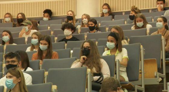 Étudiants université masqués Coronavirus - Capture BX1