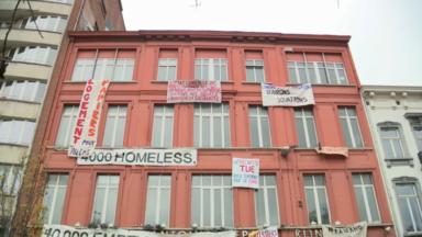 Saint-Gilles : des sans-abri et migrants s'installent dans l'ancienne clinique Depage