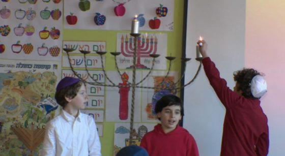 Hanouka 2020 - Enfants allument chandelier - Capture BX1