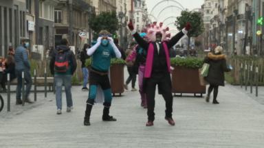 Les comédiens du Magic Land rappellent les gestes barrière non sans humour