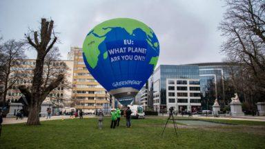 Une montgolfière de Greenpeace au-dessus du sommet européen pour conscientiser à la crise climatique