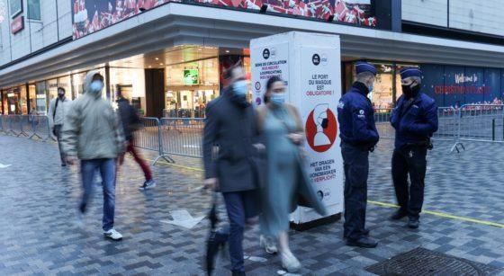 Passants Rue Neuve Masque Commerces Police - Belga Virginie Lefour