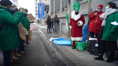 Saint-Nicolas accompagne les travailleurs du non-marchand devant les locaux d'Iriscare