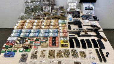 Etterbeek : des armes, plus de 18 kg de drogues et 146 525 € en cash derrière un faux mur