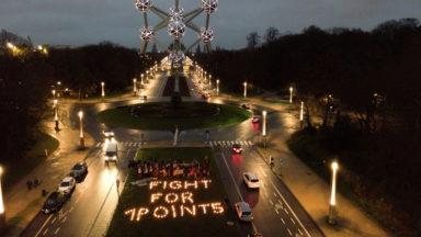 Youth for Climate a écrit un message contre le réchauffement devant l'Atomium