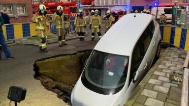 Etterbeek : une voiture prise au piège suite à un affaissement de chaussée