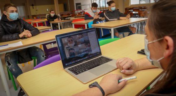 Classe Covid-19 école présentiel Microsoft Teams - Belga Virginie Lefour