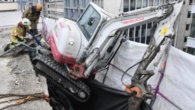 Un véhicule de chantier a failli tomber du toit d'un immeuble (vidéo)