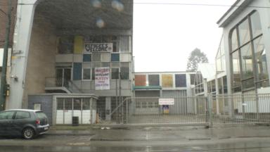 Des squatteurs emménagent dans un bâtiment vide à Molenbeek