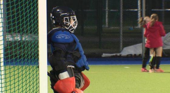 Un enfant gardien de but joue au hockey