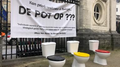 Des toilettes devant le Parlement : les gérants de saunas privés manifestent