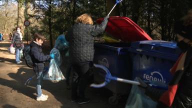 Des Bruxellois s'arment de sacs plastique pour nettoyer le Bois de la Cambre