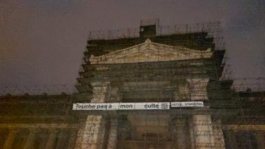 """Une banderole """"Touche pas à mon culte"""" déployée sur le Palais de justice"""