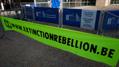 Extinction Rebellion détourne des panneaux publicitaires dans plusieurs communes bruxelloises