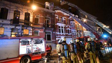 Jette : un pompier fait une chute durant un incendie