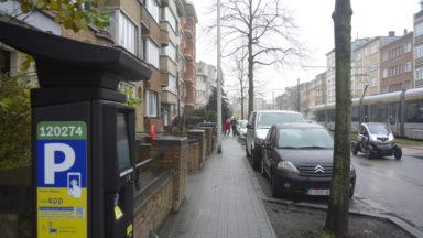 Vers moins de voitures garées en rue ? La Région veut créer des zones grises de stationnement