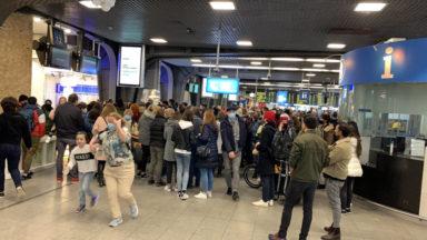 Affluence vers la côte : les gares bruxelloises bondées, des procédures de sécurité activées