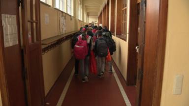 Directions et syndicats grincent des dents face aux nouvelles mesures dans les écoles