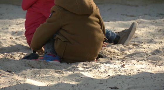 Enfants élèves jouent dans le sable Garderie école - Capture BX1