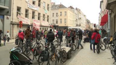 Action pour le logement : des activistes occupent un bâtiment vide de l'avenue Louise