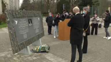 Molenbeek : hommages aux victimes des attentats devant la stèle de Loubna Lafquiri