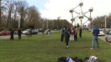 """""""Le sport est essentiel"""" : les clubs sportifs demandent une réouverture, devant l'Atomium"""