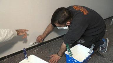 Des résidents d'un centre d'accueil pour SDF se forment à la peinture en bâtiment